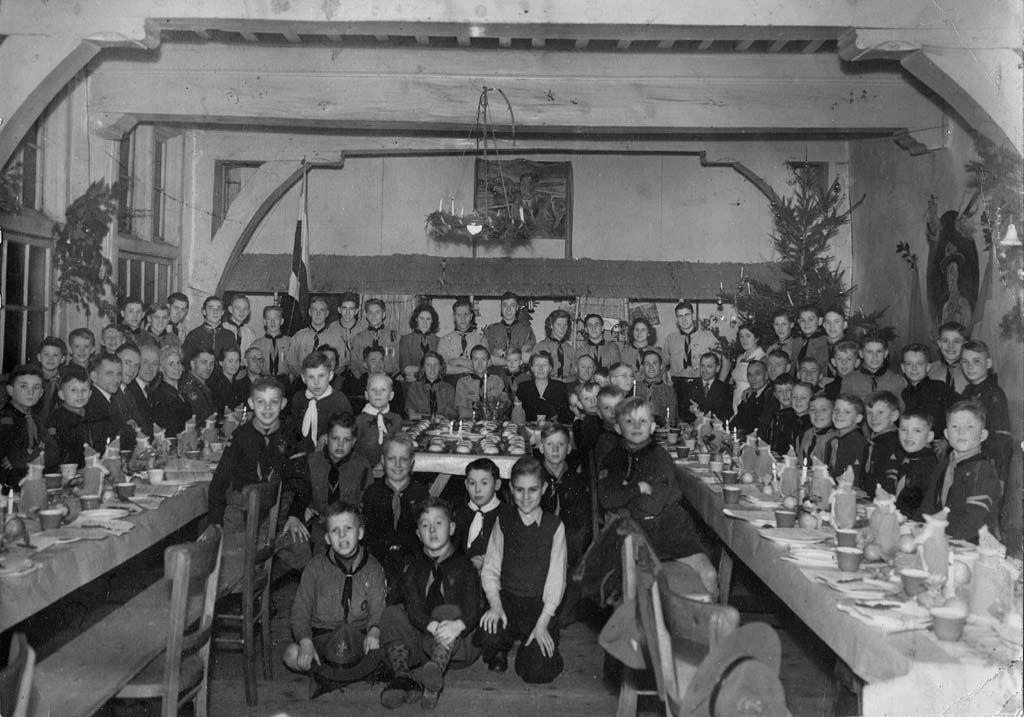 Oude groepsfoto rond 1950 (clubhuis Weeshuis)
