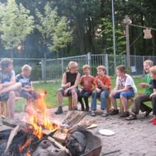 Kinderen rond kampvuur